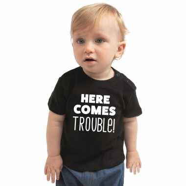 Here comes trouble cadeau t shirt zwart baby jongens/meisjes