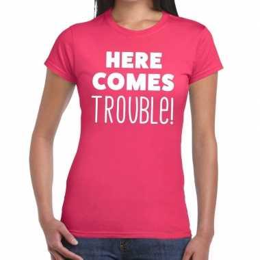 Here comes trouble tekst t shirt roze dames