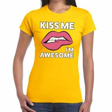 Kiss me i am awesome t shirt geel dames