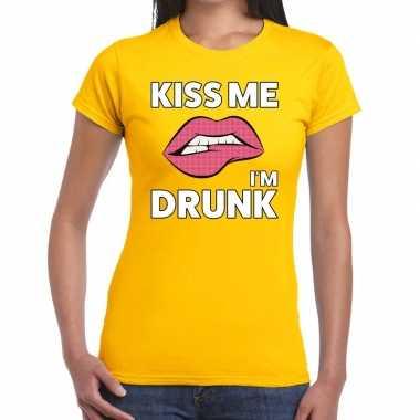Kiss me i am drunk t shirt geel dames