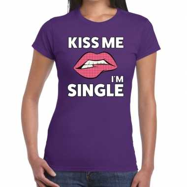 Kiss me i am single t shirt paars dames
