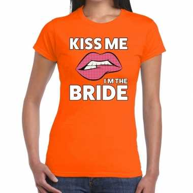 Kiss me i am the bride t shirt oranje dames