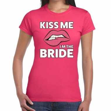 Kiss me i am the bride t shirt roze dames