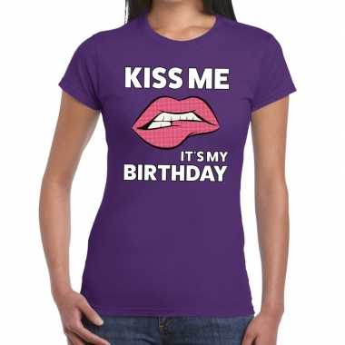 Kiss me it is my birthday t shirt paars dames