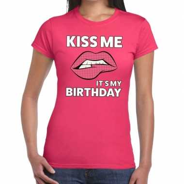 Kiss me its my birthday t shirt roze dames