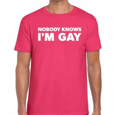 Nobody knows i am gay t shirt roze heren