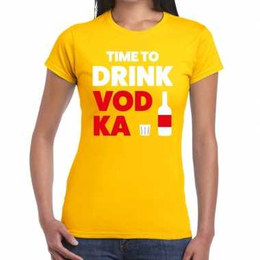 Time to drink vodka tekst t shirt geel dames