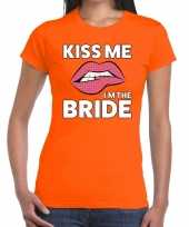Kiss me i am the bride t-shirt oranje dames
