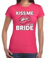 Kiss me i am the bride t-shirt roze dames