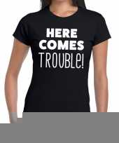 Zwart t-shirt here comes trouble dames